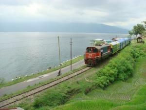 Kereta Api di tepi Danau Singkarak